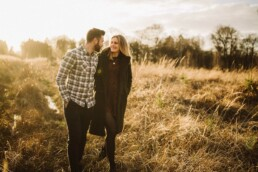 Nadja Morales fotografiert ein verliebtes Paar in der Natur bei Ratingen.