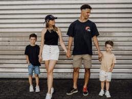 Fotografin Nadja Morales wird zusammen mit ihrem Mann und ihren beiden Kindern fotografiert.