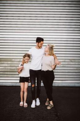 Nadja Morales fotografiert eine Familie.