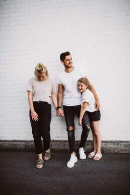 Nadja Morales fotografiert eine dreiköpfige Familie.