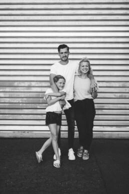 Schwarz-weiß Aufnahme einer kleinen Familie, festgehalten von Fotografin Nadja Morales