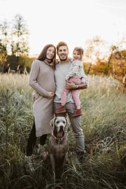Nadja Morales fotografiert eine Familie mit Kind und Hund im Sonnenuntergang bei Ratingen.