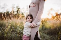 Nadja Morales fotografiert eine Tochter, die ihre Mutter umarmt.