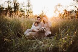 Nadja Morales fotografiert eine Familie im Sonnenuntergang bei Ratingen.