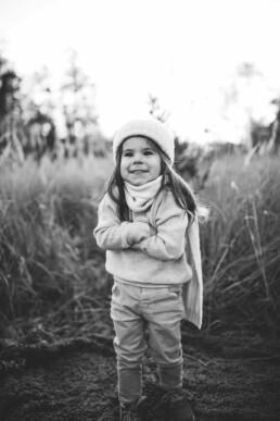 Das Bild zeigt die schwarz-weiß Aufnahme eines kleinen Mädchens, festgehalten von Fotografin Nadja Morales.