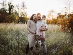 Nadja Morales fotografiert eine Familie im Sonnenuntergang in einer Wiese.