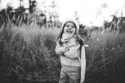 Nadja Morales fotografiert ein kleines Mädchen in der Natur.