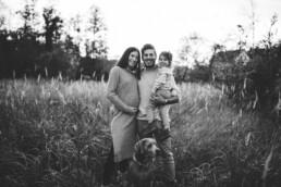 Nadja Morales fotografiert eine Familie mit Hund in der Natur.