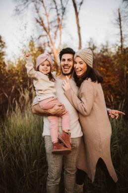 Eine Familie straht in die Kamera von Nadja Morales.