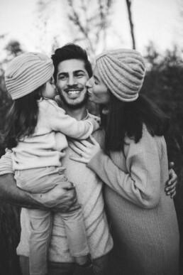 Das Bild zeigt die schwarz-weiß Aufnahme einer Familie in Ratingen.