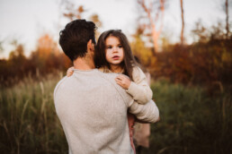 Nadja Morales fotografiert Vater und Tochter in der Natur bei Ratingen.
