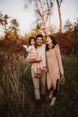 Nadja Morales fotografiert eine Familie in der Natur.