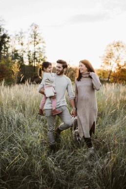 Nadja Morales hält eine Familie bei Sonnenuntergang in der Natur fest.
