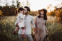 Nadja Morales hält fest, wie ein Vater seine Tochter küsst und seine Frau dabei an der Hand hält.