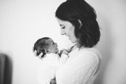 Nadja Morales fotografiert eine frisch gebackene Mutter mit ihrem Neugeborenen.