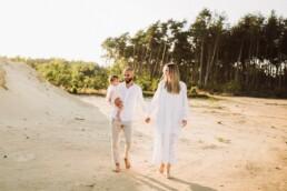 Nadja Morales fotografiert eine Familie bei Sonnenuntergang, die zusammen einen Weg entlang gehen