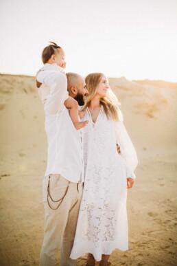 Nadja Morales fängt die liebevollen Gesten einer Familie bei Ratingen ein.