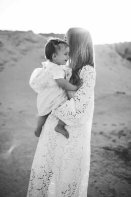 Nadja Morales fotografiert Mutter und Tochter in einer Kiesgrube bei Ratingen.