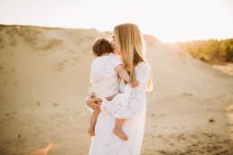 Nadja Morales hält liebevolle Momente zwischen Mutter und Tochter fest.