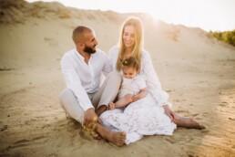 Mutter, Vater und Tochter genießen glückliche Momente bei einem Fotoshooting mit Nadja Morales