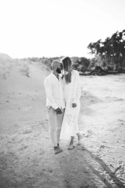Das Bild zeigt die schwarz-weiß Aufnahme eines glücklichen Paares, festgehalten von Nadja Morales