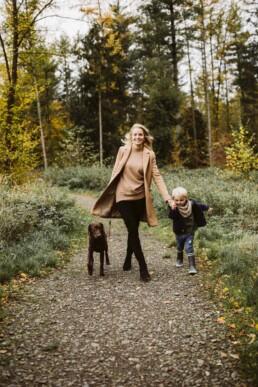 Nadja Morales begleitet eine Mutter mit ihrem Sohn und ihrem Hund zu einem Waldspaziergang.