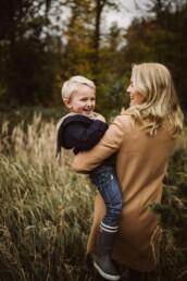 Fotografin Nadja Morales hält bei einem Spaziergang bei Ratingen liebevolle Momente zwischen Mutter und Sohn fest.