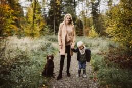 Hund, Mutter und Sohn werden bei einem Waldspaziergang von Fotografin Nadja Morales begleitet.