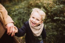 Nadja Morales fotografiert einen kleine Jungen, der glücklich in die Kamera lacht.