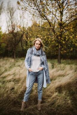 Nadja Morales fotografiert eine junge Frau, die auf einer Wiese steht.