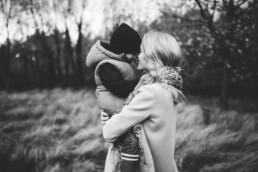 Nadja Morales hält einen emotionalen Moment zwischen Mama und Sohn in der Natur bei Ratingen fest.
