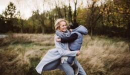 Nadja Morales fotografiert eine junge Mutter, die ihren Sohn auf dem Arm hält.