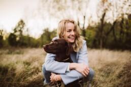 Nadja Morales fotografiert eine junge Frau zusammen mit ihrem Hund in der Natur.
