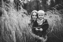 Das Bild zeigt eine schwarz-weiß Aufnahme von Mutter und Sohn bei einem Waldspaziergang in der Nähe von Ratingen.
