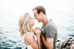 Ein Paar lächelt sich beim Shooting mit Nadja Morales auf Mallorca glücklich an.