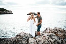 Ein Paar shootet an der Küste Mallorca zusammen mit Fotografin Nadja Morales.