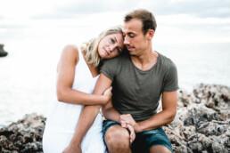 Nadja Morales fängt die innigen Momente eines Paares bei einem Shooting an der Küste Mallorcas ein.