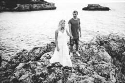 Schwarz-weiß Aufnahme eines Paarshootings auf Mallorca, festgehalten von Nadja Morales.