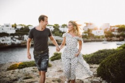 Ein verliebtes Paar wird von Nadja Morales auf Mallorca in Bewegung eingefangen.