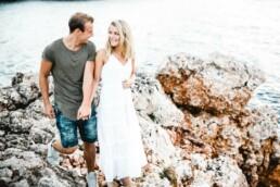 Nadja Morales fotografiert ein glückliches Paar am Meer auf Mallorca.