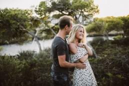 Nadja Morales fotografiert ein Paar auf Mallorca in der Natur.