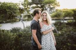 Ein glückliches Paar lacht beim Shooting mit Nadja Morales auf Mallorca in die Kamera.