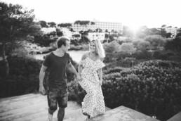 Nadja Morales fotografiert ein glückliches Paar auf Mallorca.