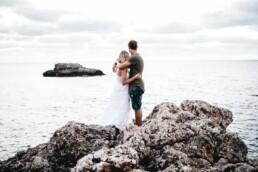 Ein Paar blickt beim Fotoshooting mit Nadja Morales auf Mallorca in die Ferne.