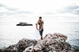 Nadja Morales fotografiert ein Paar an der Küste Mallorcas.