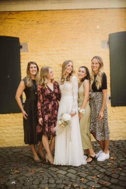 Nadja Morales fotografiert die Braut mit ihren Schwestern und Freundinnen auf einer Hochzeit bei Düsseldorf.