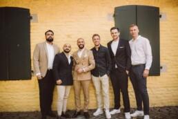 Nadja Morales fotografiert den Bräutigam mit seinen Brüdern und Freunden bei einer standesamtlichen Hochzeit.