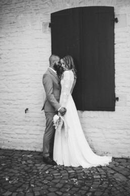 Nadja Morales fotografiert ein Brautpaar am Tag ihrer Hochzeit.