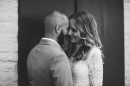 Ein intimer Moment zwischen Braut und Bräutigam aus Düsseldorf eingefangen von Fotografin Nadja Morales