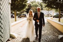 Der Brautvater begleitet die Braut zum Standesamt.